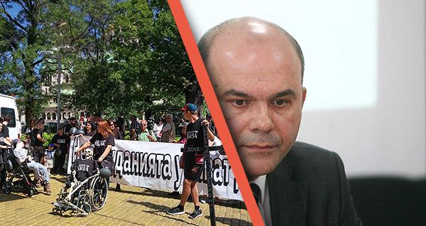 Социалният министър Бисер Петков подаде оставка.